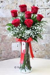 Kırmızı Gül : 7 Adet   Sevdiklerinize hediyelerin en güzelini vermek istiyorsanız vazoda kırmızı güller tam size göre. Cam vazoda kırmızı güllerden buket sevginizi çiçekler ile anlatacak.Yaklaşık Ürün Boyutu : 40 cm