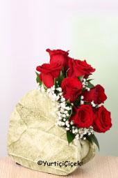 Kalp şeklinde seramikte 7 adet kırmızı gülden hazırlanan aranjman ile sevdiklerinizi mutlu etme fırsatı sadece bir tık uzağınızda! Yaklaşık Ürün Boyutu: 25 cm