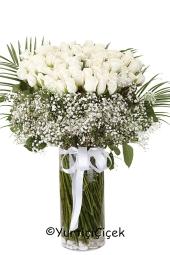 Cam vazoda 51 beyaz gül, en çk sevdikleriniz için en güzel şekilde karşınızda. Yaklaşık Ürün Boyutu : 50 cm
