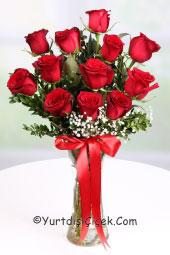 Kırmızı Gül : 11 Adet   Yurtdışındaki sevdiklerinize göndereceğiniz cam vazo içerisindeki 11 kırmızı gül aranjmanı sevginizin aynası olacak.