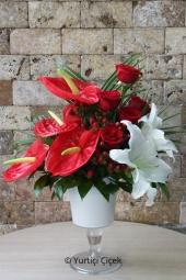 Kırmızı antoryum, kırmızı gül ve beyaz lilyumlardan kadeh cam vazoda aranjman ile mutluluklarınızı paylaşın.