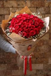 Kırmızı Gül : 51 Adet   Aşkın en güzel tarifi 51 kırmızı gül sevdiklerinize gönderiliyor. Sevdikleriniz en güzel hediyesi ulaştırılıyor. Yaklaşık Ürün Boyutu : 45 cm