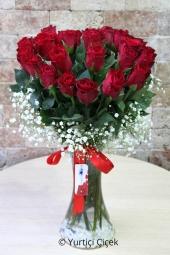 Sevdiklerinize onlar kadar özel bir çiçek göndermek istiyorsanız vazoda 25 kırmızı gül harika bir tercih olacak. Yaklaşık Ürün Boyutu : 40 cm