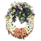 Ülkesinde bulunan mevsimsel çiçeklerden cenaze çelengi   Sevdiklerinizin üzgün günlerinde yanlarında olmak ve acılarını paylaşmak için yurtdışına cenaze çelengi gönderin.