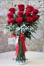 Seviyorum seni demek istiyorsanız 11 kırmızı gül tam size göre. Sevdiklerinize göndereceğiniz kırmızı güller çok özel bir hediye olacak.