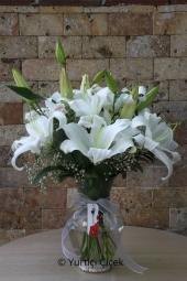 Cam vazoda 6 dal beyaz lilyumdan hazırlanan aranjman sevdiklerinize gösterişli ve anlamlı bir hediye olacak sadece sizler için. Yaklaşık Ürün Boyutu : 50 cm