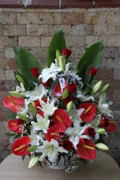 Beyaz Lilyum, Kırmızı Antoryum, Kırmızı Gül   Yüksek boylu aranjman seramik üzerine dizayn edilir ve sevdiklerinize en güzel olacak şekilde gönderilir.