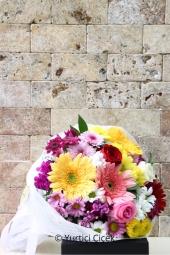 Kır Çiçekleri ile Kırmızı Gül   Sezonun en güzel renklerinden hazırlanan mevsim çiçeği buketi sevdikleriniz için güzel bir hediye olacak.Yaklaşık Ürün Boyutu : 40 cm