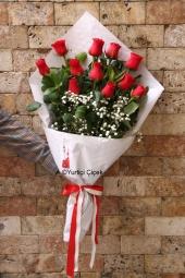 Kırmızı Gül : 11 Adet   Aşkınızın ateşi gibi kıpkırmızı güllerden hazırlanan buket ile sevdiğinize özel romantik bir hediye gönderin.