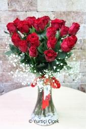 21 Adet A Kalite Kırmızı Gül  Aşkınızı en iyi anlatacak çiçek elbette kırmızı güllerdir. 21 kırmızı gül ile aşkınızı en güzel haliyle sunacaksınız. Yaklaşık Ürün Boyutu : 45 cm
