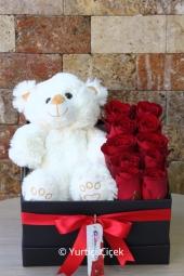 Siyah kutu içerisine 10 adet kırmızı gül ve peluş ayıcık ile hazırlanan tasarım kalbinizden geçenleri anlatmaya yetecektir. Not: Ayıcık rengi ve cinsi stok durumuna göre değişmektedir. Yaklaşık Ürün Boyutu : 40 cm