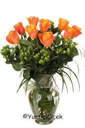 Sevdiklerinize vazoda turuncu gül göndererek sevginizin ne kadar özel olduğunu gösterin.