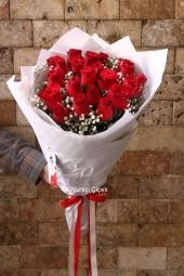 Kırmızı Gül : 21 Adet   Egzotik yeşilliklerle hazırlanan 21 kırmızı gülden buket aşkınızı sunmanızın en kolay yolu olacak. Gün içinde göndereceğiniz çiçekler ile Onu mutlu edin. Yaklaşık Ürün Boyutu : 45 cm