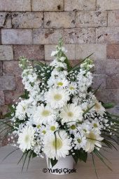 Pembe Lilyum, Pembe Gerbera ve Beyaz Güller   Pembenin cazibesi sevdiklerinizi mest edecek. Sepette pembe çiçeklerden hazırlanan aranjman güne güzel bir merhaba hediyesi olacak.
