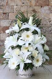 Beyaz Lilyum, Beyaz Gül ve Beyaz Gerberadan Aranjman  En güzel hediye çiçek göndermek, en büyük mutluluk onun gülümsemesidir. Bembeyaz aranjman dizaynı ile onun yüzündeki gülümsemeyi yakalayın. Yaklaşık Ürün Boyutu : 50 cm