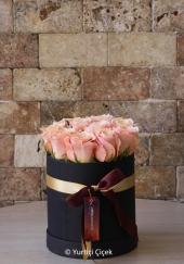 Kutuda 16 adet pembe gül ile hazırlanan tasarım ile sevdiğinize tatlı ve özel bir sürpriz yapabilirsiniz.