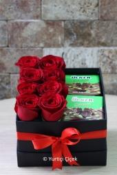 Siyah Kutuda Renkli Güllerin En Güzel Şekilde Tasarlanması ile Hazırlanan Aranjman Sevdiğinizi Anlatmaya Yetecektir. (Güllerin rengi stok durumuna göre farklılık gösterebilir)