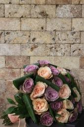 Saksı Beyaz Orkide : 4 Adet Beyaz Gül : 15 Adet Beyaz Lilyum : 5 Adet   Kız isteme, söz, nişan ve diğer özel günleriniz için örgülü seramikte gül, orkide ve lilyumlardan tasarlanmış aranjman çiçek