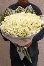 Beyaz Gül : 101 Adet  Yüreğinizdeki eşi benzeri olmayan sevginizi beyaz güller ile ruh eşinize en güzel yolla anlatın.Yaklaşık Ürün Boyutu : 45 cm
