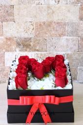 Kutu içerisinde papatyalar ve kırmızı güller ile sevdiğinizin baş harfini en güzel şekilde gönderebilirsiniz.