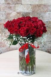 Kırmızı Gül : 31 Adet  Aşkınızı anlatmak ve ona özel olduğunu hissettirmek için vazoda kırmızı güllerden egzotik şekilde hazırlanan dizaynı gönderin. Yaklaşık Ürün Boyutu : 50 cm