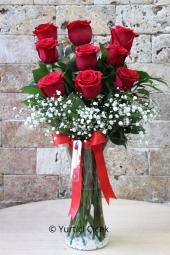 Kırmızı Gül : 9 Adet  Onu sevmekle başlıyor her şey. Cam vazoda 9 kırmızı gül göndererek onu çok ama çok mutlu edebilirsiniz.  Yaklaşık Ürün Boyutu : 40 cm