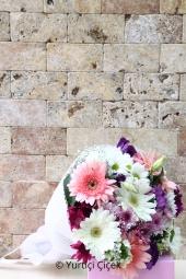 Kır Çiçekleri, gerbera ve papatyalardan harika ambalajlı buket ile sevdiklerinizi şimdi mutlu etme zamanı!