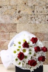 Kırmızı Gül : 7 Adet,Beyaz Biçme : 10 Adet   Beyaz kır papatyası biçmeler ve sevginin sembolü kırmızı güllerden buket çiçek en özel şekilde hazırlandı. Yaklaşık Ürün Boyutu : 40 cm