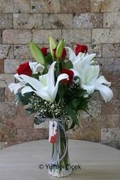 Sevdiklerinize bugün hayatlarının en güzel gününü vazoda lilyum ve güller ile yaşatın. Yaklaşık Ürün Boyutu : 50 cm