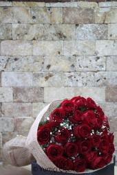 25 Kırmızı gülden hazırlanan egzotik buket ile sevdiklerinize her zaman hatırlayacakları bir sürpriz yapın. Yaklaşık Ürün Boyutu : 45 cm