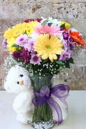 Mevsimin en taze ve en canlı çiçeklerinden rengarenk buket ile sevdiklerinize peluş hediyeli çiçek gönderebilirsiniz. Peluş oyuncak renk-cins olarak değişmektedir. Yaklaşık Ürün Boyutu : 50 cm