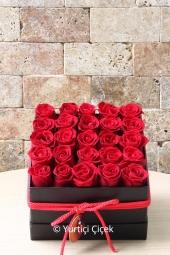 En çok sevdiklerinize hediyelerin en güzelini vermek istiyorsanız kalp cam vazoda 21 kırmızı gül göndererek sevginizi çiçekler ile konuşturacaksınız.
