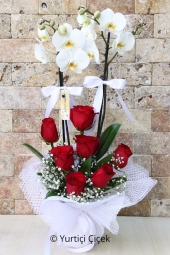 Çift dallı beyaz orkide ve kırmızı güllerden hazırlanan aranjman sevdiklerinizin olduğu her ortama egzotik bir hava getirecek. Yaklaşık Ürün Boyutu : 60 cm