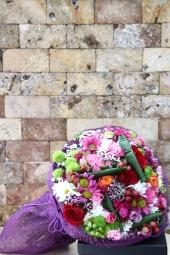 Sarı ve Beyaz Papatyalar ile Kırmızı Gül   Sevdiklerinize hoş ve esprili bir hediye arıyorsanız çiçek pastası tam istediğiniz gibi. Sevdiklerinize özel hazırlanmış papatyalardan çiçek pastası gönderin.
