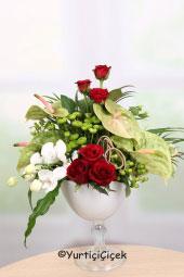 Orkide, Antoryum ve Güller ile Hazırlanan Çiçek Tasarımını Sevdiklerinize Kalbinizden Geçenleri Anlatması İçin Gönderebilirsiniz.