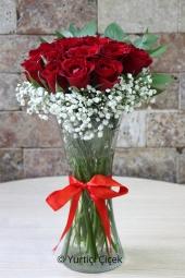 Beyaz antoryum ve fuşya güller özel cam vazosunda hazırlanarak sevdiklerinize anlatmak istediklerinizi anlatacaktır.