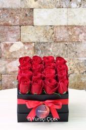 Aşkınızı anlatırken kelimelerin kifayetsiz kaldığı yerde siyah kutu içerisinde 16 adet kırmızı gül ile hazırlanan tasarım size yardımcı olacaktır. Yaklaşık Ürün Boyutu : 15 cm