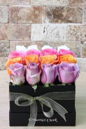 Sevdiklerinize renkli bir hediye göndermek her şeyden daha güzeldi. Şimdi kutuda renkli güller ile şahane bir sürpriz yapabilirsiniz.