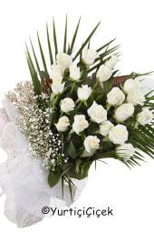 Beyaz Gül : 21 Adet   Sevginizin en güzel sunumu beyaz gül buketi ile ona aşkınızın en masum halini anlatacaksınız. Yaklaşık Ürün Boyutu : 45 cm