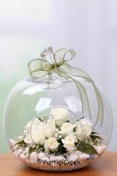 Özel Tasarım Elma Camda Beyaz Güllerden Hazırlanan Tasarım ile Sevdiklerinize En Az Onlar Kadar Özel Bir Hediye Gönderin. Yaklaşık Ürün Boyutu : 25 cm