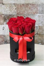 Çekmeceli yuvarlak kutu içerisinde 8-11 arasında gül ile hazırlanan tasarımla birlikte sevdiğinize leziz çikolatalar da gönderebilirsiniz.
