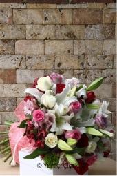 Sevdiklerinize mutlu anlarında onları daha da özel hissettirecek ayakkabıda hazırlanan beyaz güllerden gönderebilirsiniz.