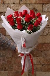 Kırmızı Gül : 15 Adet   Ona onun kadar güzel olan kırmızı gül buketi göndererek sevginizin ne kadar eşsiz olduğunu ona göstermiş olun.