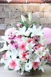 Sevginiz kadar masum, hayalleriniz kadar temiz beyaz güllerden buket ile sevdiklerinize hediyelerin en güzelini gönderin.