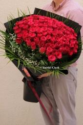 Tek Dallı Beyaz Orkide ve Kırmızı Güller ile Sevginizin En Harika Sunumunu Yapın.