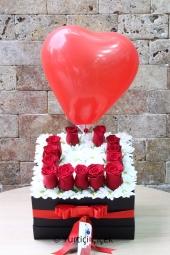 Kırmızı Gül : 5 Adet, Lilyum : 2 Adet  Aşkınızı kalp şeklinde mikada gül ve lilyumlar ile gösterin. Yaklaşık Ürün Boyutu : 25 cm