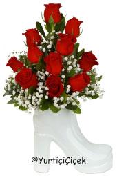 Seramik ayakkabıda 11 kırmızı gül ile sevginizin en yoğun halini ona gösterin.