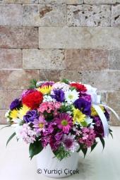 Rengarenk Aranjman  Sarı, pembe, mor, beyaz mevsimin tüm renklerinden seramikte aranjman ile sevdiklerinizi özel hissettirin.