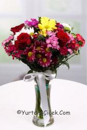 Cam vazoda rengarenk kır çiçekleri ve kırmızı gül ile sevdiklerinize yurtdışında da mutluluk yaşatın.