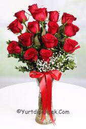 Cam vazoda 15 kırmızı gülden buket ona karşı hissettiğiniz duyguları en canlı haliyle anlatacak.